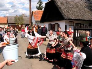 Венгрия # Венгерские традиции. Обливание водой на Пасху-pic01