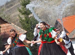 Венгрия # Венгерские традиции. Обливание водой на Пасху-pic03