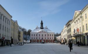 Тарту # Визитная карточка Тарту – ратушная площадь с ратушей-pic01